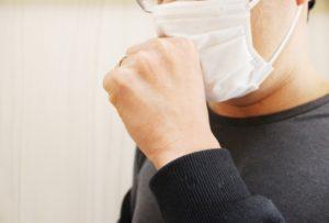 咳をする男性