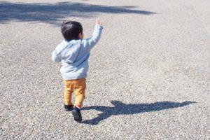 手を振る子供